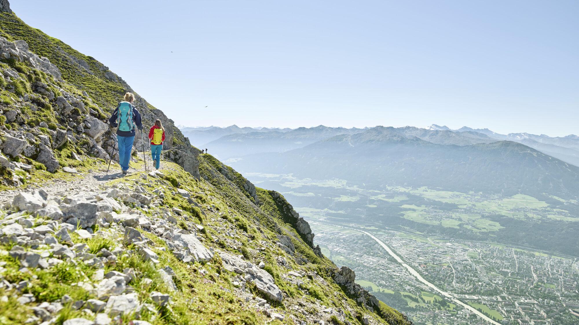 Zwei Wanderer in der Innsbrucker Berglandschaft