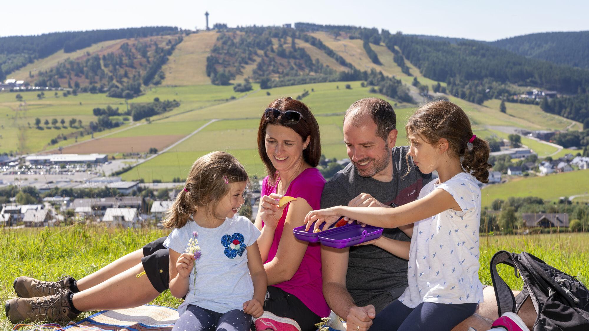 Familie und im Hintergrund der Ettelsberg