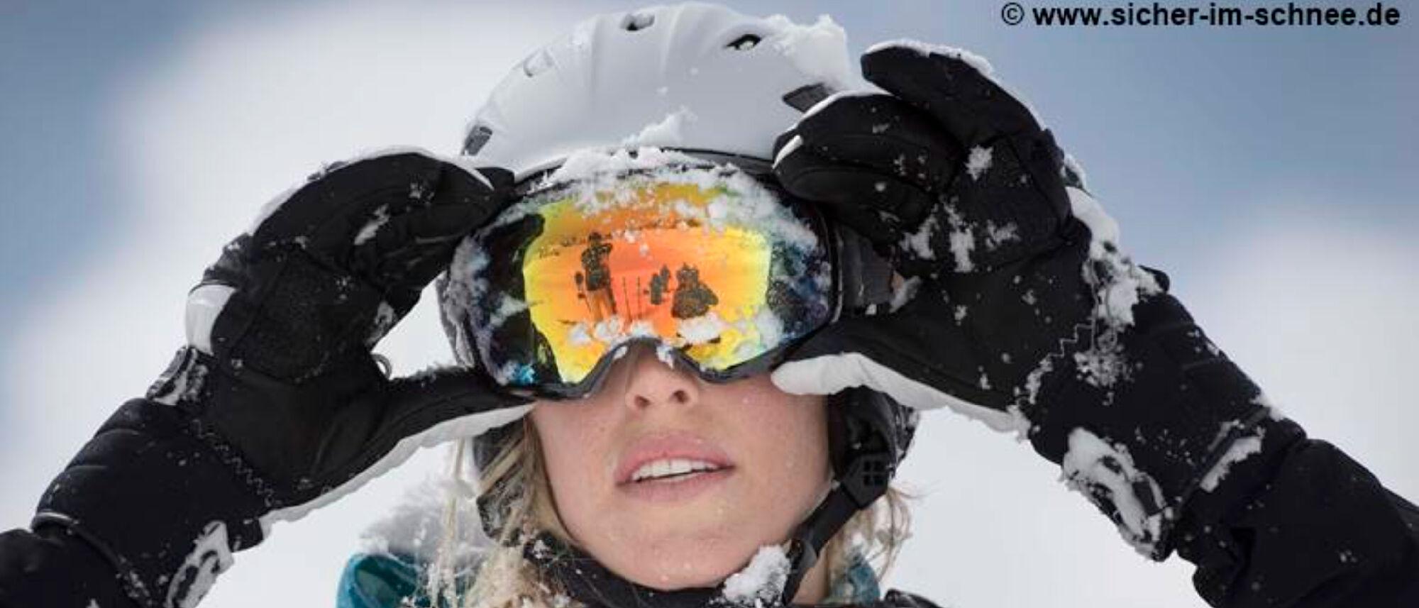 Skifahrerin mit Helm
