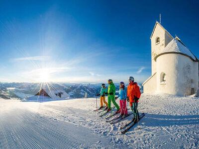 Panorama der SkiWelt mit der Salvenkirche