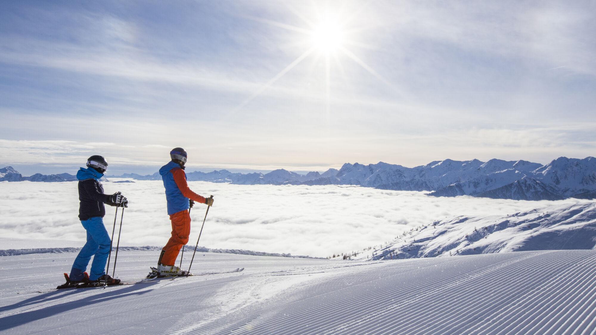 Zwei Skifahrer auf der Piste in Osttirol