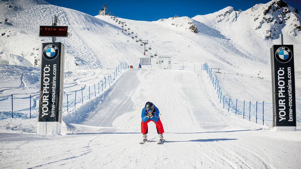 Skifahrer auf der Geschwindigkeitsstrecke in Sölden