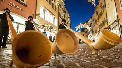 Alphornbläser auf dem Christkindlmarkt in Bruneck