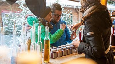 Öl und Marmelade an einem Weihnachtsmarktstand in Bruneck