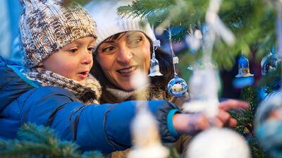 Geschmückter Weihnachtsmarkt auf dem Brunecker Christkindlmarkt