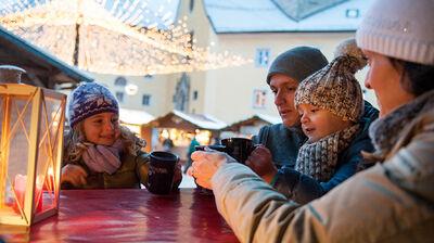 Weihnachtspunsch auf dem Brunecker Christkindlmarkt
