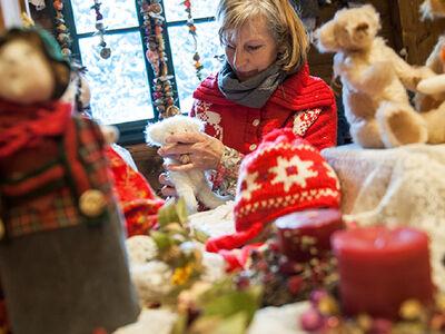 Weihnachtsstand in Bruneck mit Puppen und Stofftieren