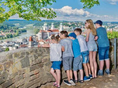 Eine Familie genießt den Panoramablick in Ostbayern