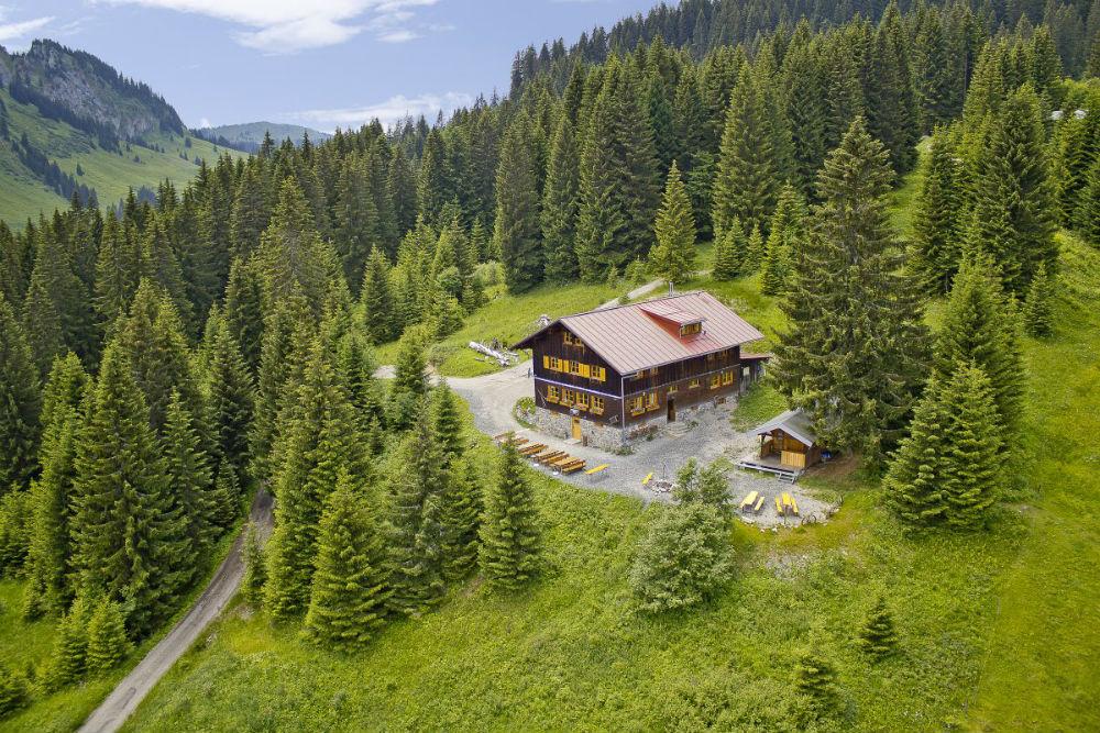 Blick auf die Wannenkopfhütte bei Oberstdorf im Sommer