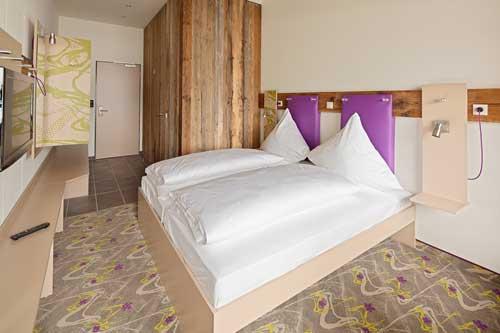 Ein modernes Designzimmer im Explorer Hotel Montafon