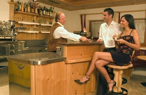 Gäste an der Bar im Hotel Tonnerhof