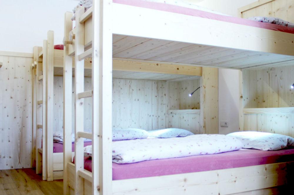 Ein Schlafsaal im Pralongia Berggasthof