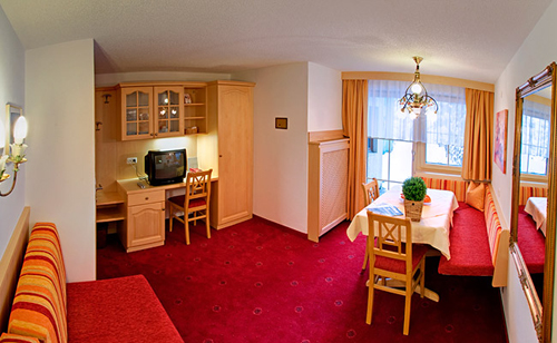 Der Wohnbereich mit Essecke vom Appartement Nr. 5 im Appart Andrea