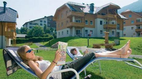 Zwei Frauen im Liegestuhl im Landal Park Bad Kleinkirchheim