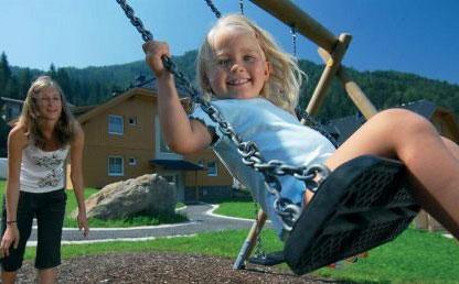 Ein Kind auf der Schaukel im Landal Park Bad Kleinkirchheim