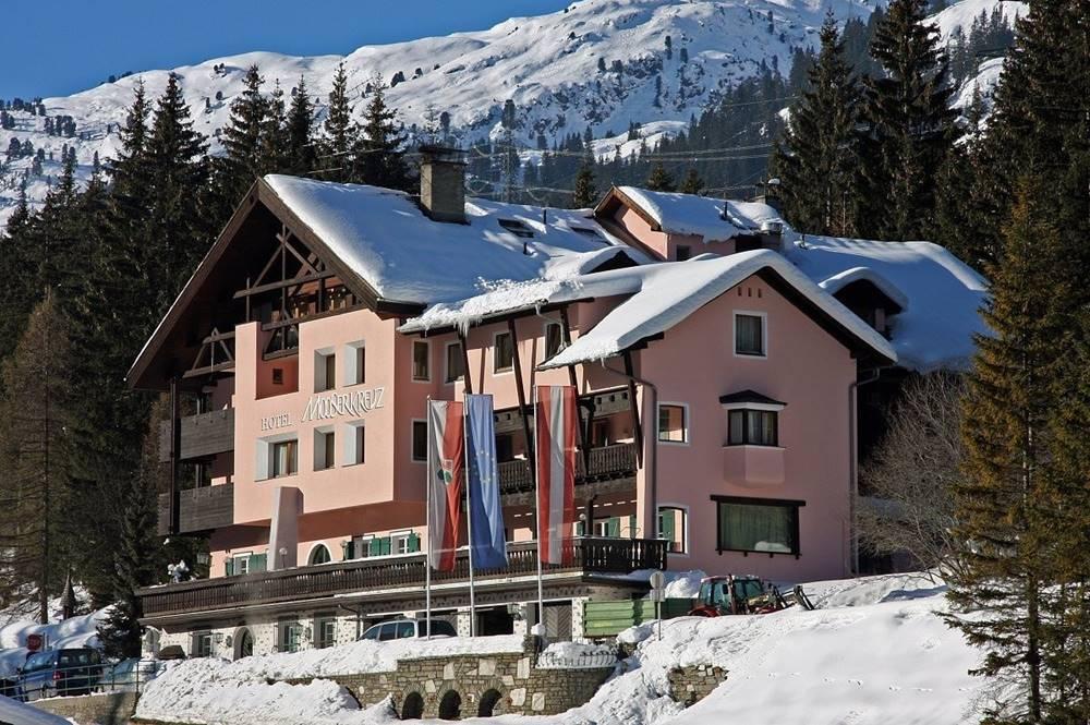 Blick auf das Hotel Mooserkreuz in Winter