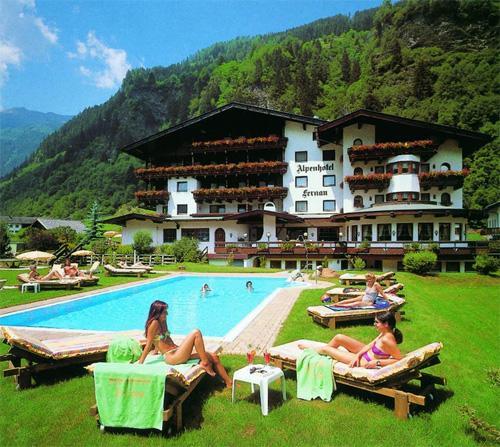 Die Gartenanlage mit Außenpool vom Alpenhotel Fernau in Neustift im Stubaital