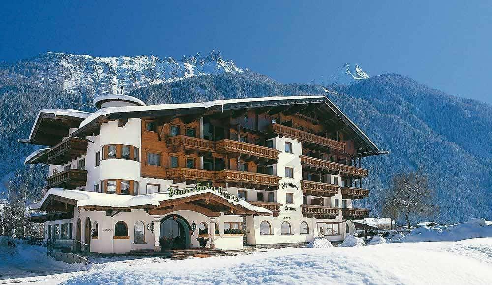 Hausansicht im Winter vom Alpenhotel Fernau in Neustift im Stubaital