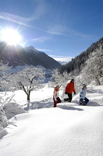 Eine Familie beim Wandern durch die Winterlandschaft