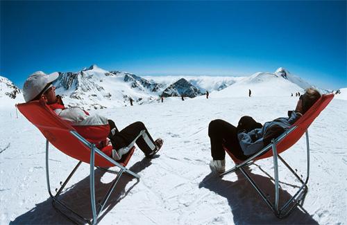 Zwei Skifahrer in Liegestühlen beim Sonnenbaden