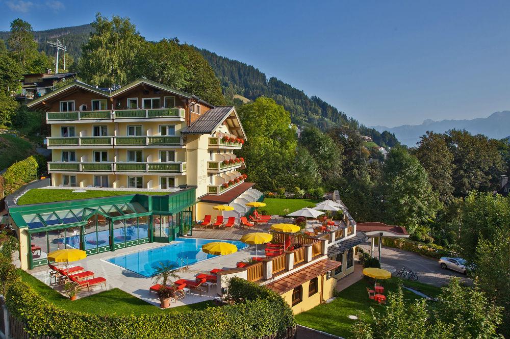 Aussenansicht vom Hotel Berner in Zell am See im Sommer