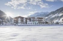 Aussenansicht vom Alpeiner Nature Resort Tirol im Winter