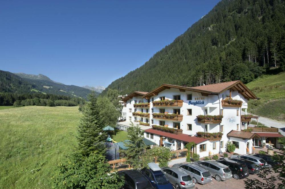 Aussenansicht vom Hotel Bergblick in Ratschings im Sommer
