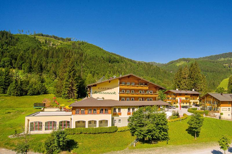 Blick auf das Hotel Wieseneck in Flachau im Sommer