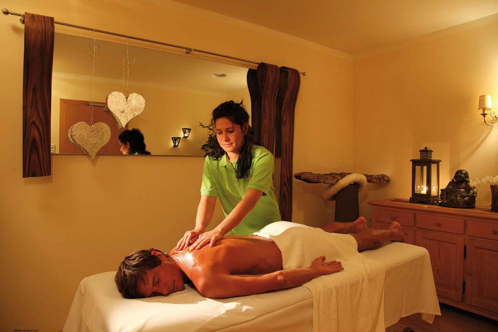 Ein Hotelgast bei einer Rückenmassage im Hotel Montana in St. Anton am Arlberg