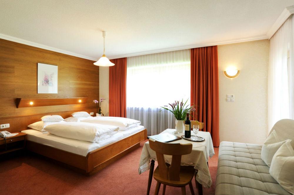 Ein Dreibettzimmer im Haus Alpina in Au