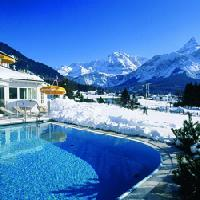 Der Outdoorpool im Winter vom Wellness Sporthotel Alpenhof