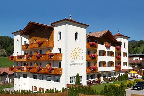 Außenansicht vom Hotel Sonnenhof im Sommer
