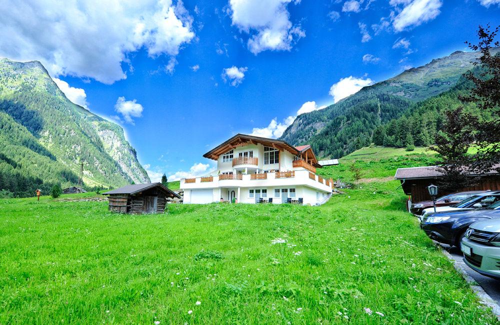 Blick auf das Hotel Alpenhof in St. Leonhard im Sommer
