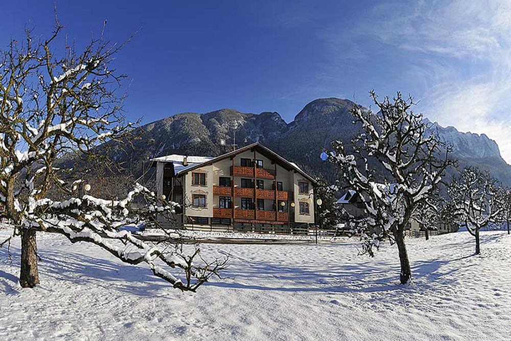 Aussenansicht vom Hotel Ariston in Monclassico im Winter
