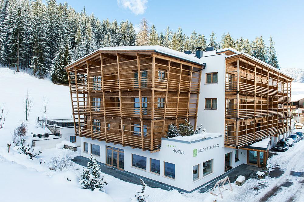 Außenansicht des Hotels Melodia del Bosco in Badia im Winter