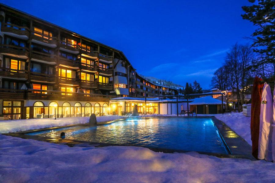 Blick auf den winterlichen Außenpool des Hotels Die Post Ronacher in Bad Kleinkirchheim