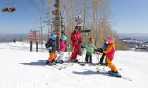 Kinder mit dem Skilehrer in Park City © Vail Resorts