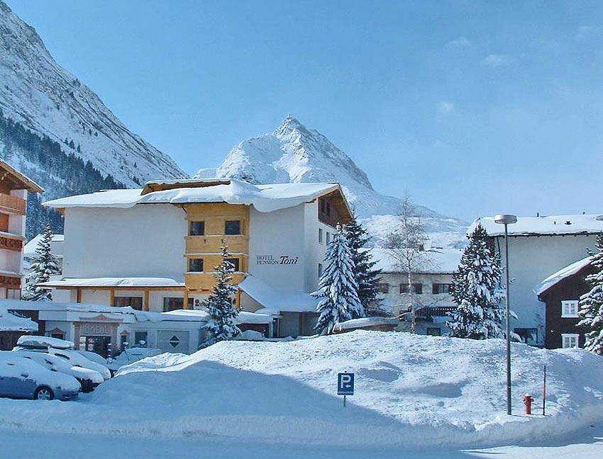 Blick auf das Hotel Toni im Paznauntal im Winter