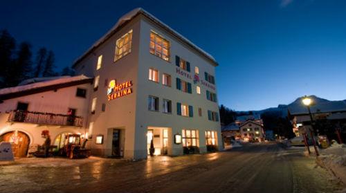 Hausansicht vom Hotel Seraina in Sils-Maria am Abend