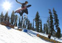 Jump mit dem Snowboard im Terrain Park © China Peak Mountain Resort