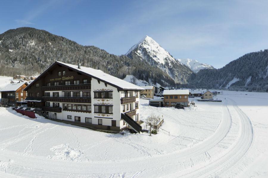 Blick auf das Hotel Elisabeth in Schoppernau im Winter