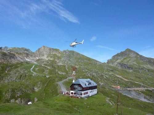 Die Krefelder Hütte wird per Helikopter mit Waren beliefert