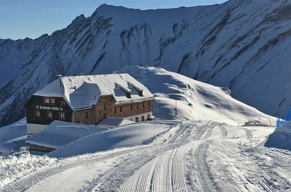Blick auf die Krefelder Hütte mitten im Skigebiet am Kitzsteinhorn