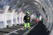 Kinder in einem Zaubertunnel © Corbier Tourisme_IMC