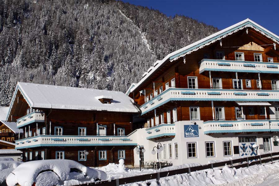 Außenansicht vom SCOL Sporthotel Grossglockner im Winter