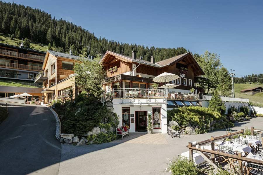 Blick auf das Stäfeli - Relais du Silence in Lech am Arlberg im Sommer