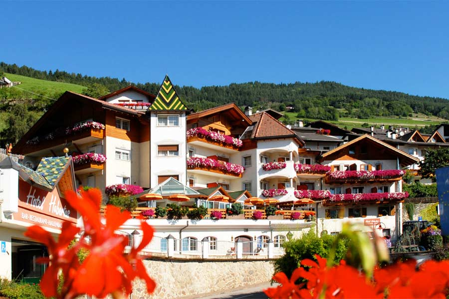 Aussenansicht vom Hotel Hubertus in Villanders im Sommer