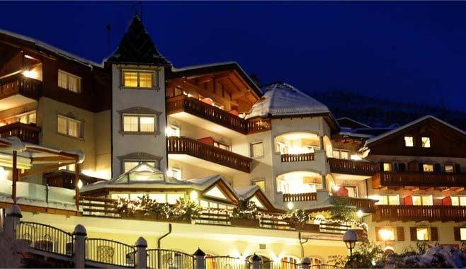 Aussenansicht vom Hotel Hubertus in Villanders im Winter am Abend