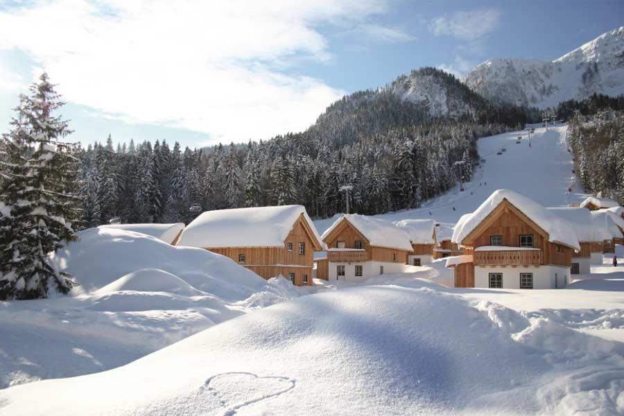 Blick auf die AlpenParks Hagan Lodge im Winter