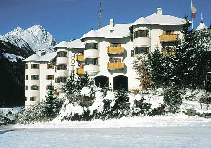 Hausansicht im Winter vom Hotel Goldried in Matrei